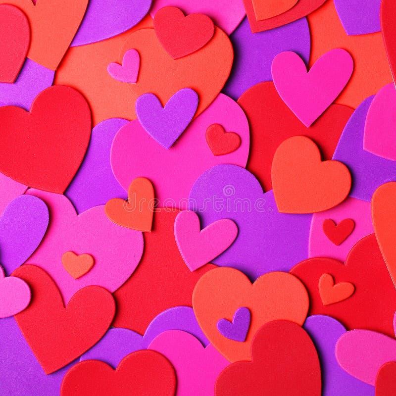 Fond du jour de Valentine Coeurs de papier colorés images stock