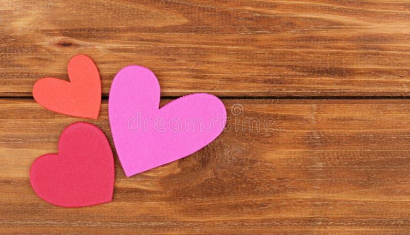 Fond du jour de Valentine Coeurs de papier colorés image stock