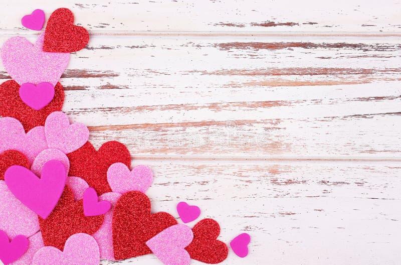 Fond du jour de Valentine Coeurs de papier colorés sur le dos en bois photos libres de droits