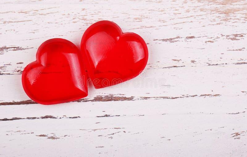 Fond du jour de Valentine Deux coeurs photos stock