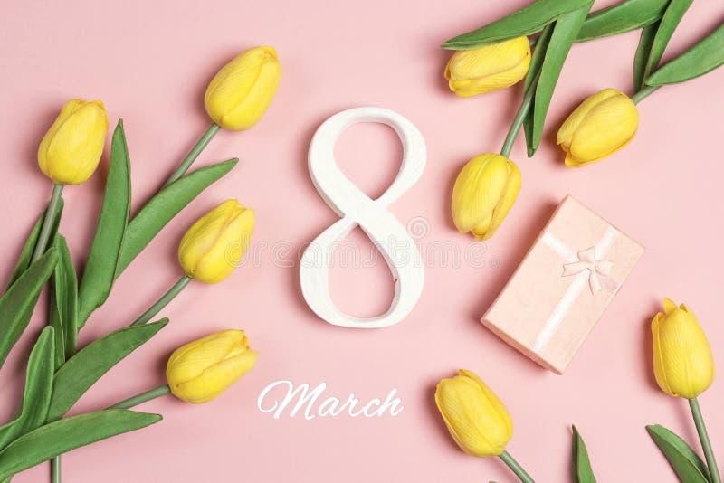 Fond du jour des femmes internationales avec des fleurs de tulipe sur le rose images stock