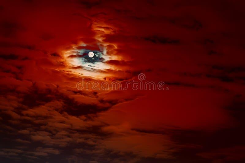 Fond effrayant naturel abstrait de Halloween, pleine lune, ciel nuageux rouge foncé, lune superbe lumineuse photo stock