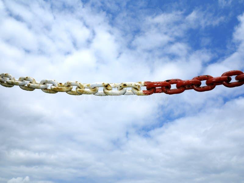 Fond en acier de ciel de segment de maillons de chaîne en métal photo libre de droits