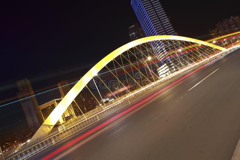 Fond en acier de pont de ville moderne la nuit photos stock