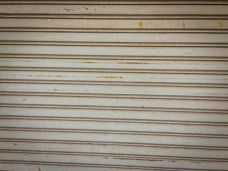 Fond en acier sale de porte de volet de rouleau Garage ou usine s photographie stock
