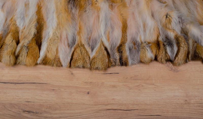 Fond en bois avec le bord de fourrure comme texture et fond pour la composition photos libres de droits