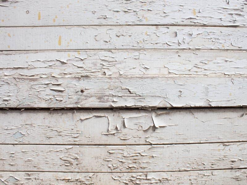 Fond en bois blanc avec la vieille peinture, fissures, usures L'espace sous le texte Vieux tron?on dans le lait de chaux photos libres de droits