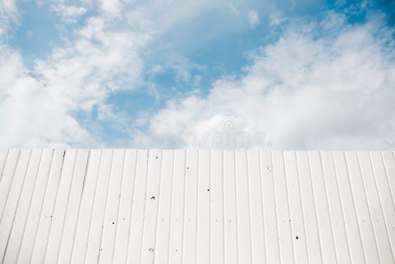 Fond en bois blanc de texture, panneau en bois de planche de vue supérieure barrière en bois blanche sur un fond de ciel bleu images stock