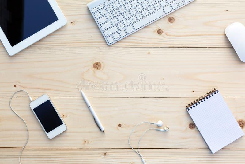 Fond en bois clair et articles modernes d'affaires sur le bureau image libre de droits
