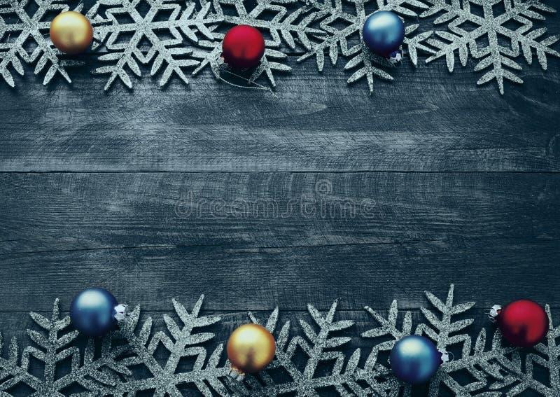 Fond en bois de Noël avec les flocons de neige et les boules décoratifs de Noël images libres de droits