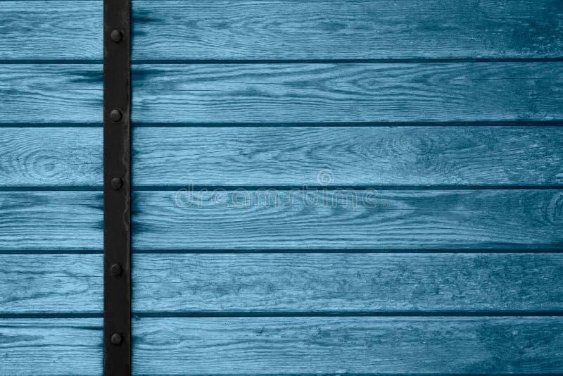 Fond en bois de planches avec la barre noire en métal photographie stock libre de droits