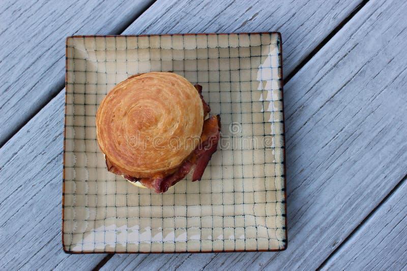 Fond en bois gris simple avec le sandwich modelé à plat et à petit déjeuner images stock