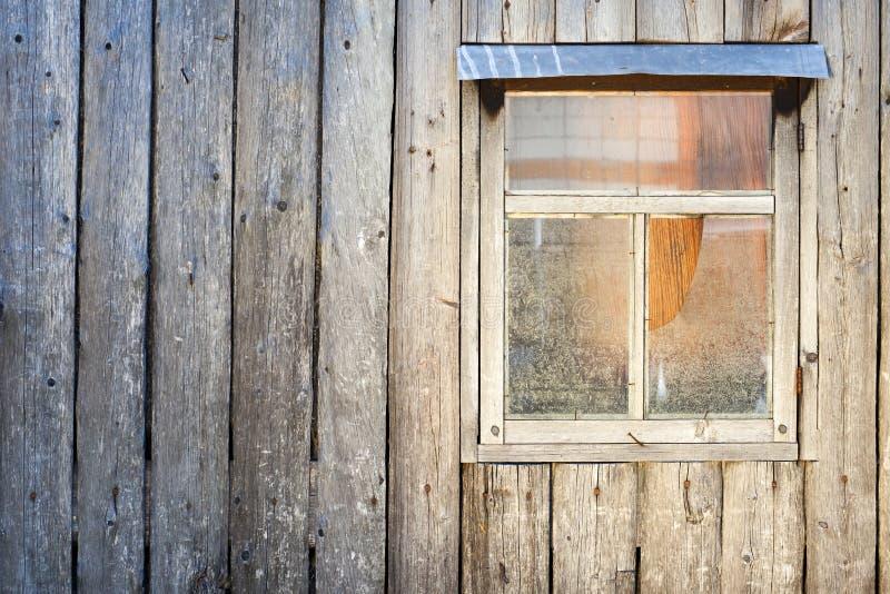 Fond en bois Mur d'une grange avec une fenêtre photos stock
