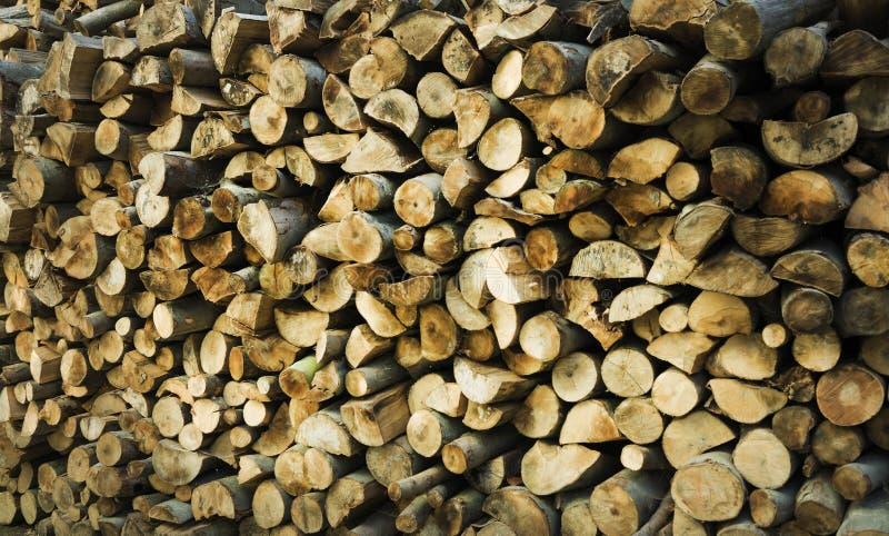 Fond en bois naturel - plan rapproché de bois de chauffage coupé Bois de chauffage empilé et préparé pour la pile d'hiver des ron image stock