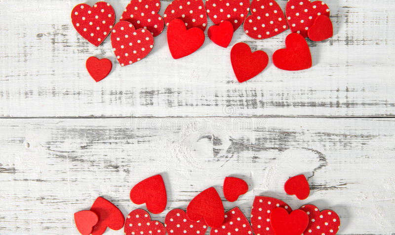 Fond en bois rustique de jour de valentines de texture de coeurs rouges images libres de droits