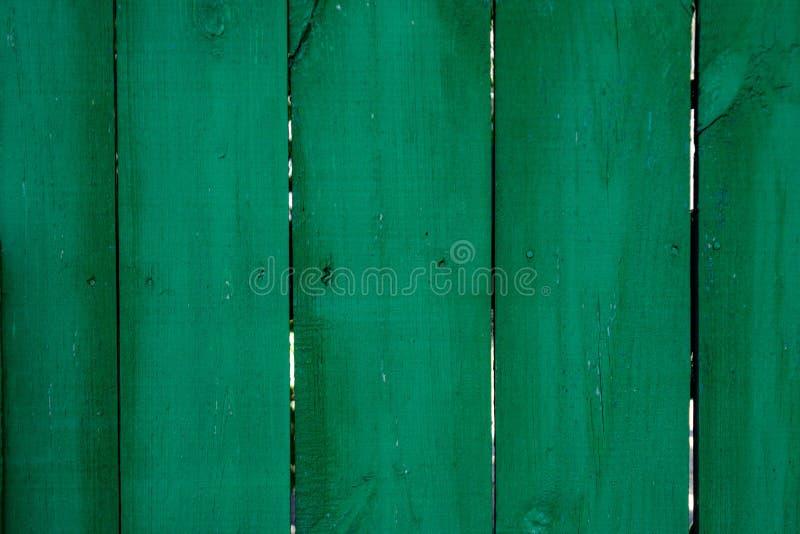 Fond en bois vert-foncé saturé de parquet avec des fissures image stock
