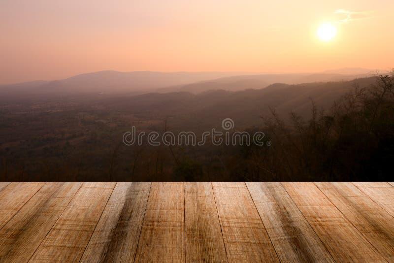 Fond en bois vide de vue de coucher du soleil de table et de montagne photos stock