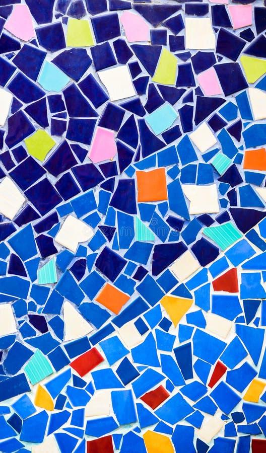 Fond en céramique et souillé coloré de mur de verre au phra t de wat image libre de droits