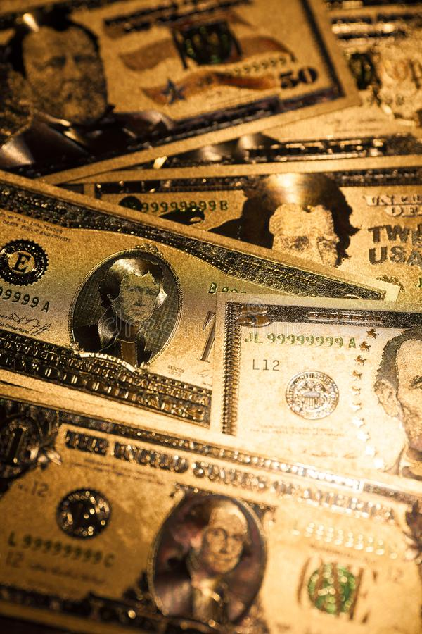 Fond en gros plan de billets de banque d'or du dollar des USA de devise photos stock