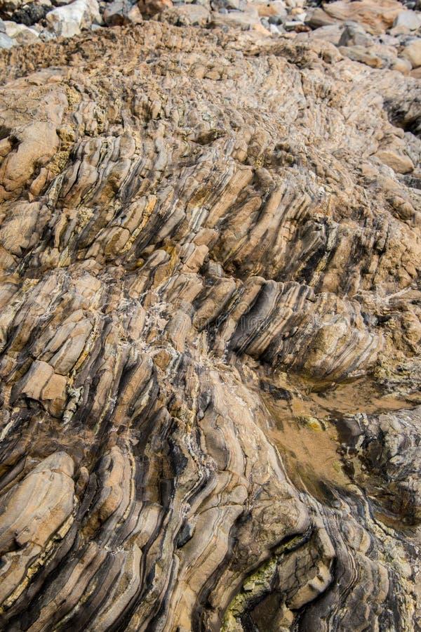 Fond en pierre de Brown avec des couches et des modèles verticaux photos stock