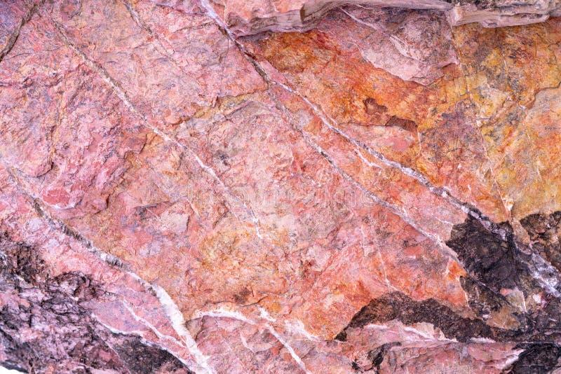 Fond en pierre de texture avec le modèle unique Rose, texture rouge et noire de roche Fond abstrait extérieur de roche Pierre nor image libre de droits