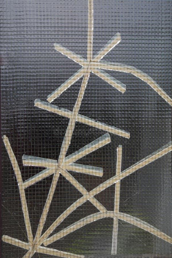 Fond en verre renforcé avec des fissures attachées du ruban adhésif avec la bande blanche photographie stock libre de droits