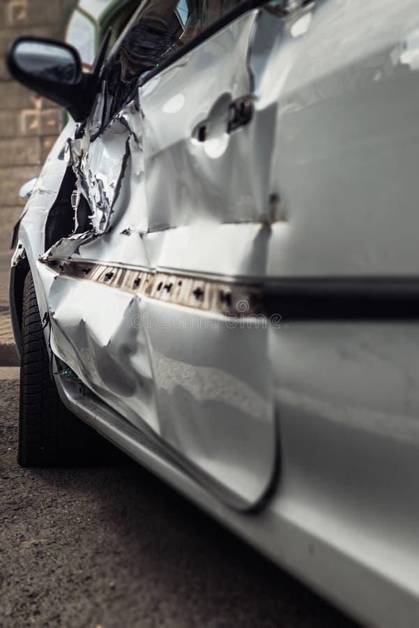 Fond endommagé par accidents d'accident de voiture images libres de droits