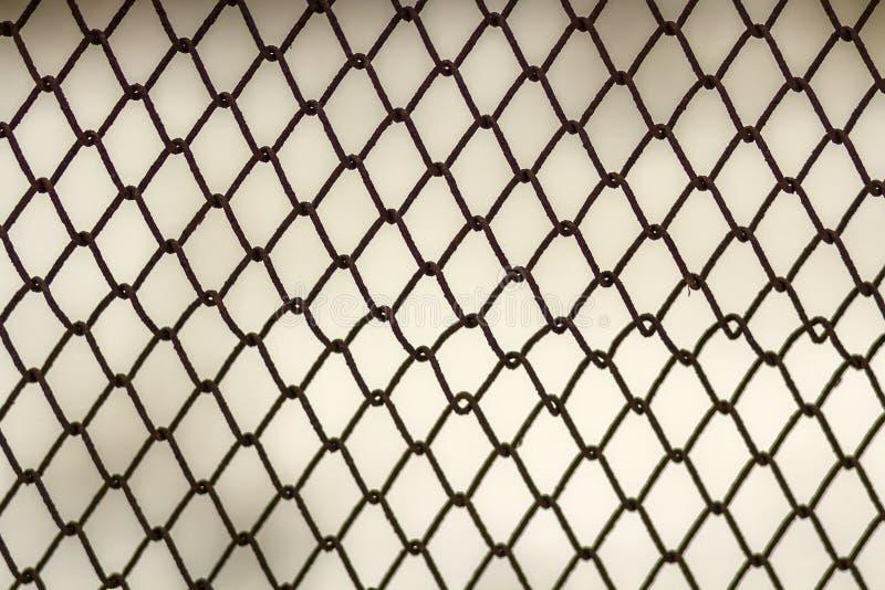 Fond et texture pour la conception Texture abstraite de barrière de maillon de chaîne contre le mur gris sale de couleur images libres de droits