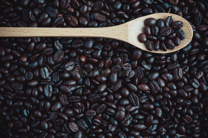 Fond et texture rôtis de grain de café avec la cuillère en bois, Co photos libres de droits