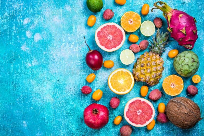 Fond exotique de frontière de vue supérieure de fruits photo libre de droits
