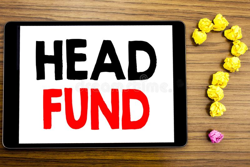 Fond för huvud för handstiltextvisning Affärsidé för investeringfinansieringpengar som är skriftliga på minnestavladatoren på trä arkivfoton
