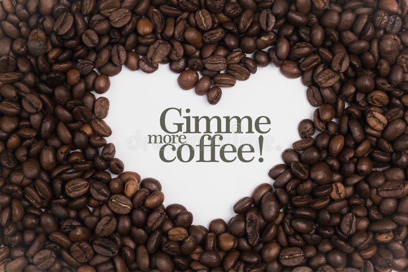 Fond fait de grains de café dans une forme de coeur avec le ` Gimme de message plus de café ! ` images libres de droits