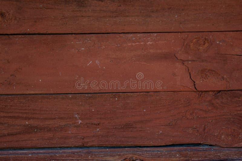Fond fané en bois rouge foncé de parquet avec des fissures images stock
