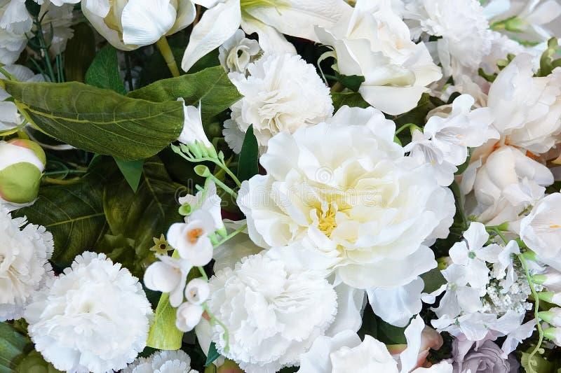 Fond floral Un bouquet des fleurs blanches des roses, des oeillets et des pivoines image libre de droits