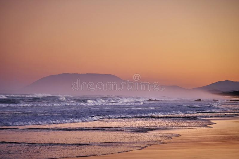 Fond flou mou côtier de coucher du soleil photographie stock libre de droits