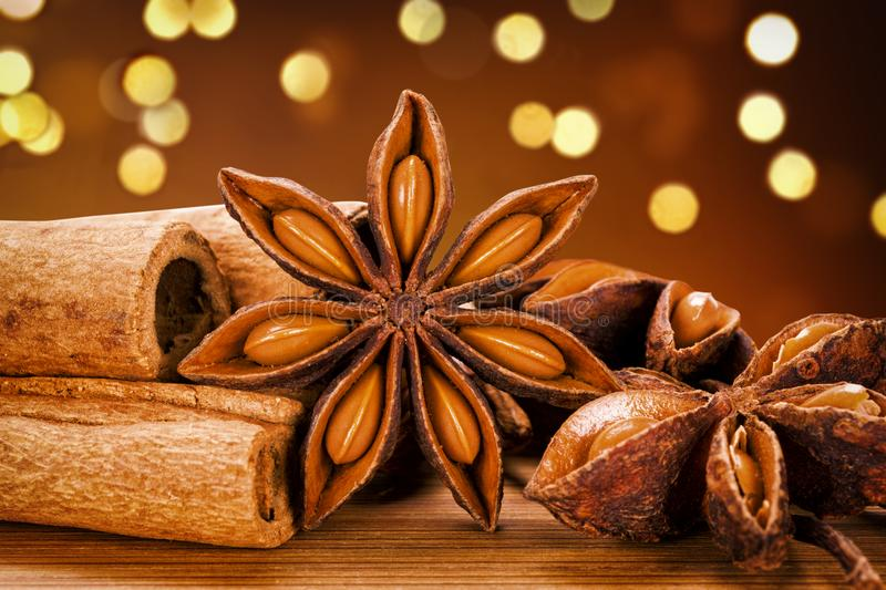 Fond foncé d'Anise And Cinnamon Sticks With Bokeh d'étoile image stock