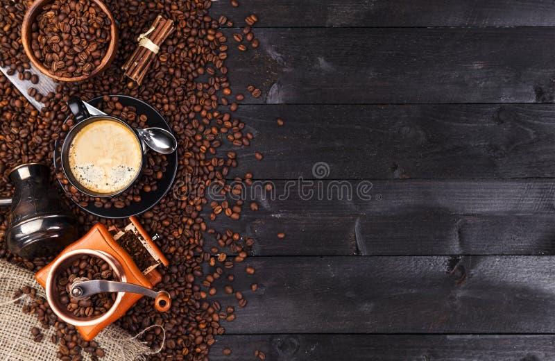 Fond foncé de café, vue supérieure avec l'espace de copie Tasse de café noire, cafè moulu, moulin, cuvette photos libres de droits