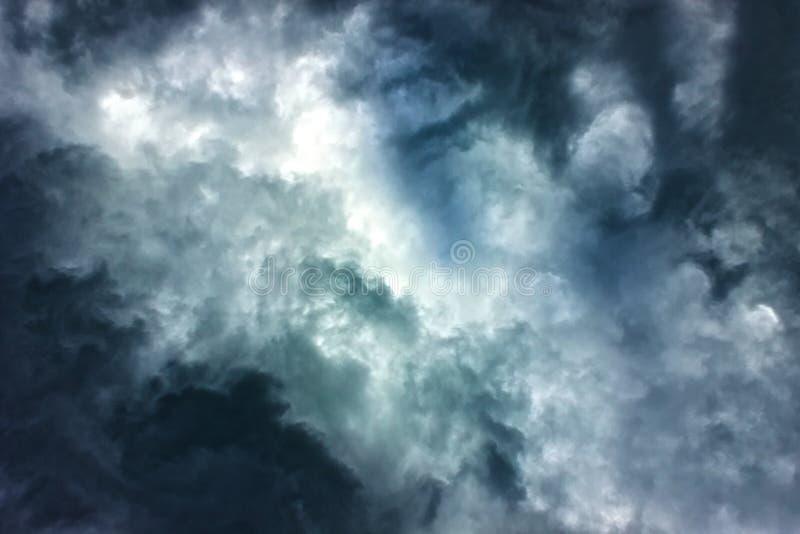Fond foncé de ciel avec des nuages photographie stock libre de droits