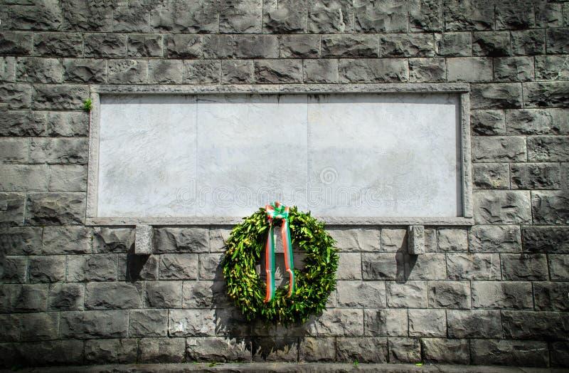 Fond funèbre de couronne de blanc commémoratif italien de pierre photographie stock libre de droits