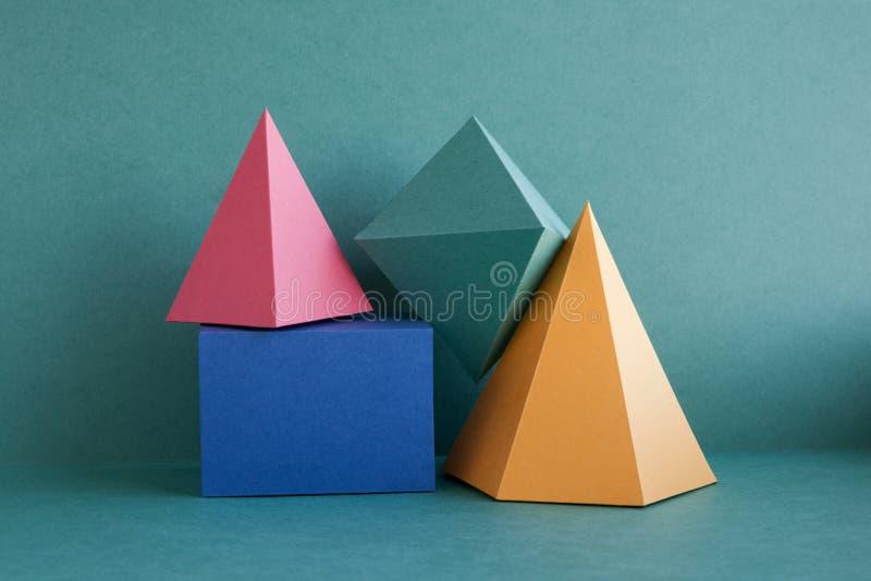 Fond géométrique abstrait coloré avec les chiffres solides tridimensionnels Cube rectangulaire en prisme de pyramide disposé dess photographie stock