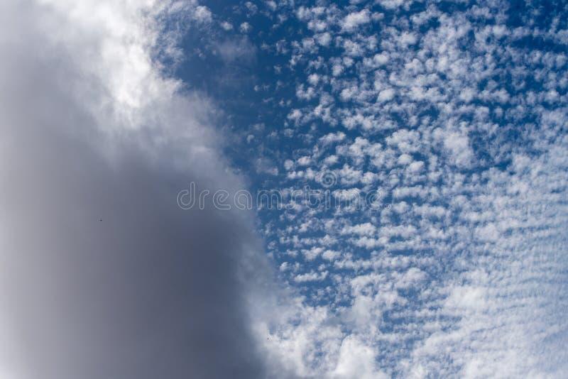 Fond gonflé blanc de nuages image libre de droits