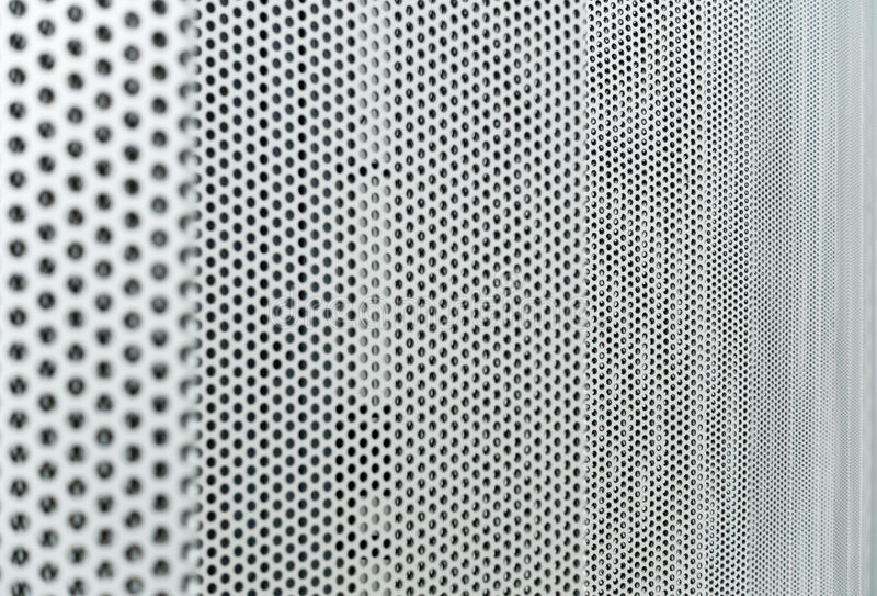 Fond gris en métal, texture perforée ronde en métal photo libre de droits