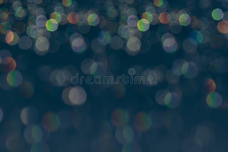 Fond gris-foncé de Bokeh avec les lumières brouillées d'arc-en-ciel photos stock