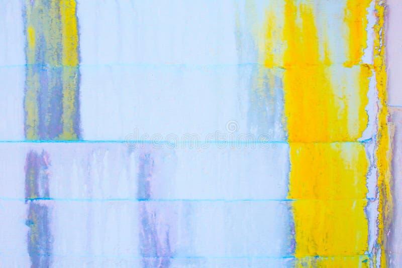 Fond grunge abstrait - mur blanc avec la peinture jaune et bleue d'égoutture et la grande fente image libre de droits