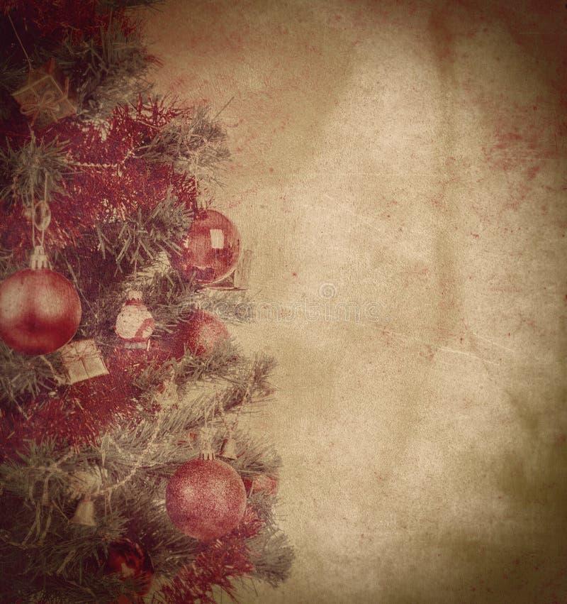 Fond grunge de Noël avec des billes sur l'arbre images stock