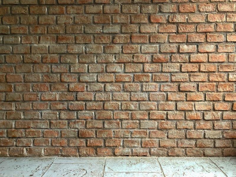 Fond grunge de vieille texture rouge de mur de briques avec le plancher de ciment, texture au sol de dos abstrait de mur, image stock