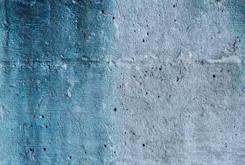 Fond grunge texturisé de mur de gris et de résumé bleu pour l'usage dans la conception Fragment de mur avec des fissures images stock