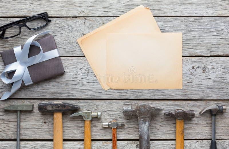 Fond heureux de jour de pères, carte sur le bois rustique avec des outils de réparation image libre de droits