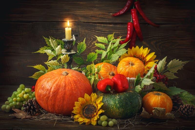 Fond heureux de jour de thanksgiving, table en bois, décorés des légumes, des fruits et des feuilles d'automne Fond d'automne images stock