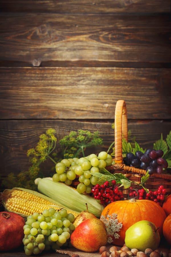 Fond heureux de jour de thanksgiving, table en bois, décorés des légumes, des fruits et des feuilles d'automne Fond d'automne images libres de droits